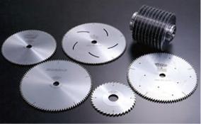 タテ挽用・ヨコ挽用・製材用・合板用または使用機械により数え切れないほどの種類があります。切削内容によって最適な刃形・材質を選択します。